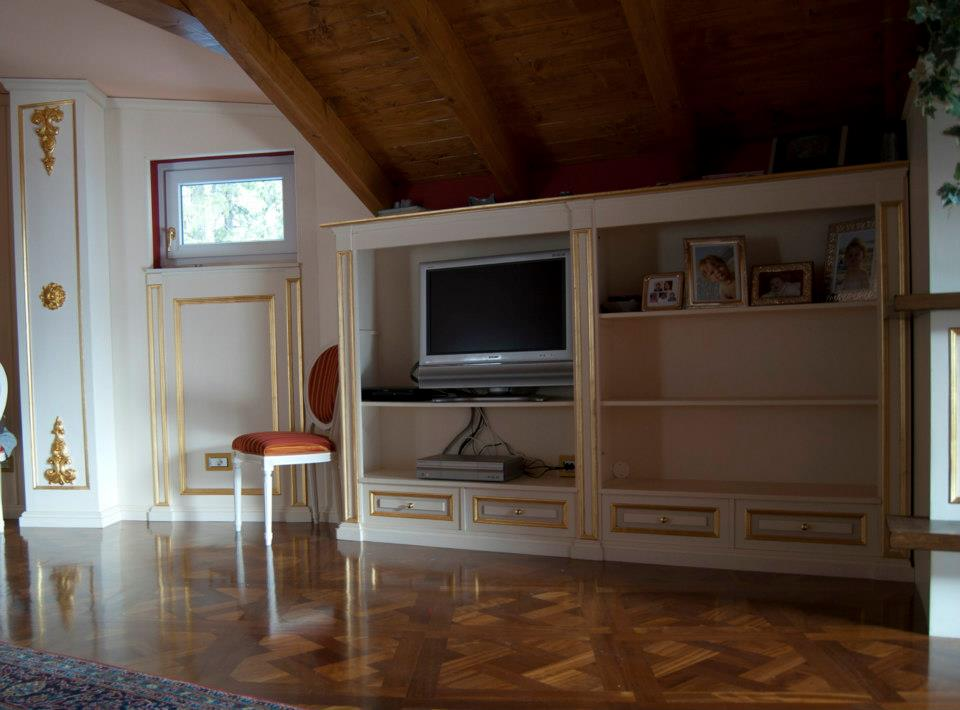 Arredamento classico per salone-cucina-ingresso mansarda