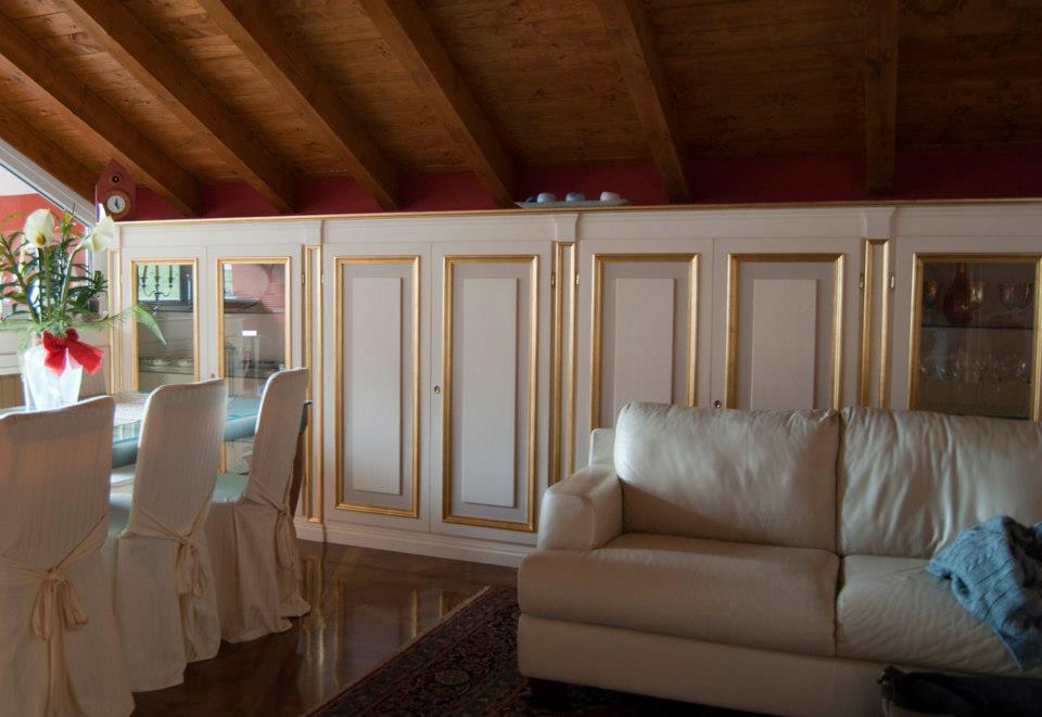 Boiserie su misura artigianali boiserie in legno legnoeoltre - Arredamento cucina salone ...