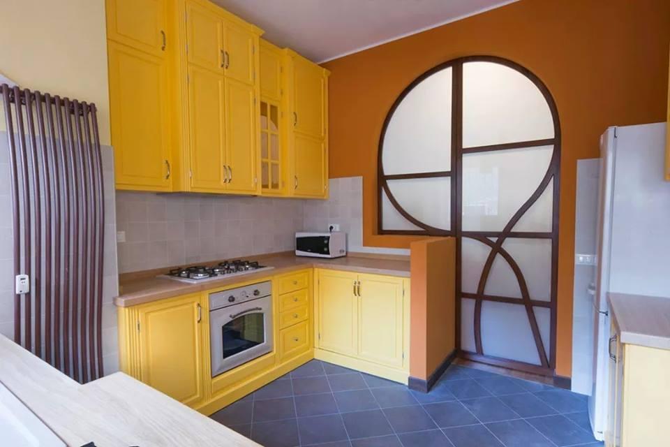 Cucina in giallo legnoeoltre