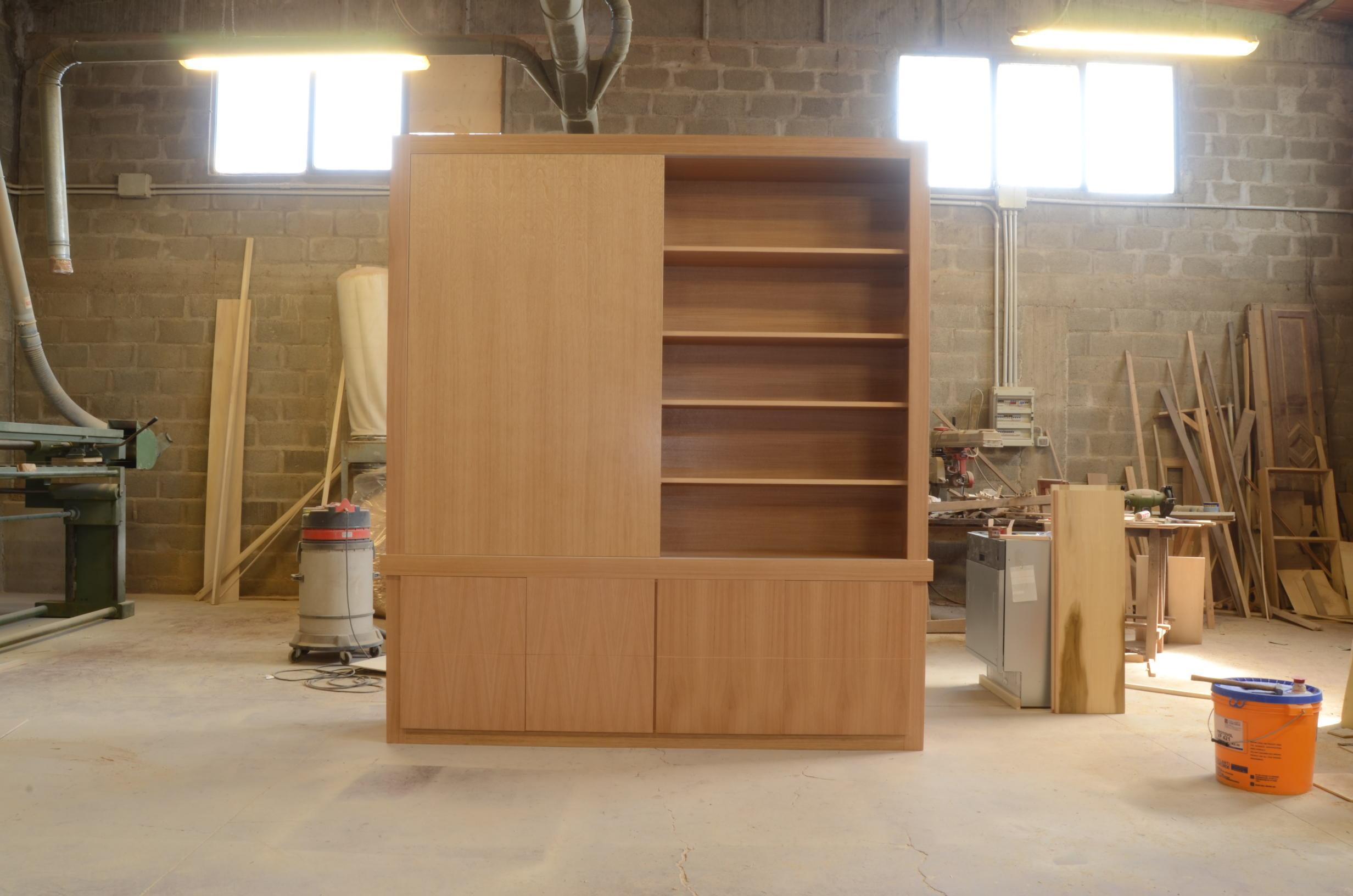 In falegnameria:scrivania studio e libreria con ante