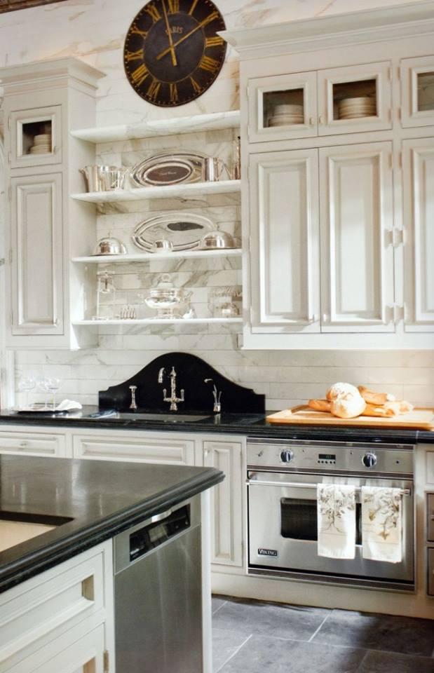 Bellissimo contrasto tra il bianco della cucina e i piani e le alzate in nero