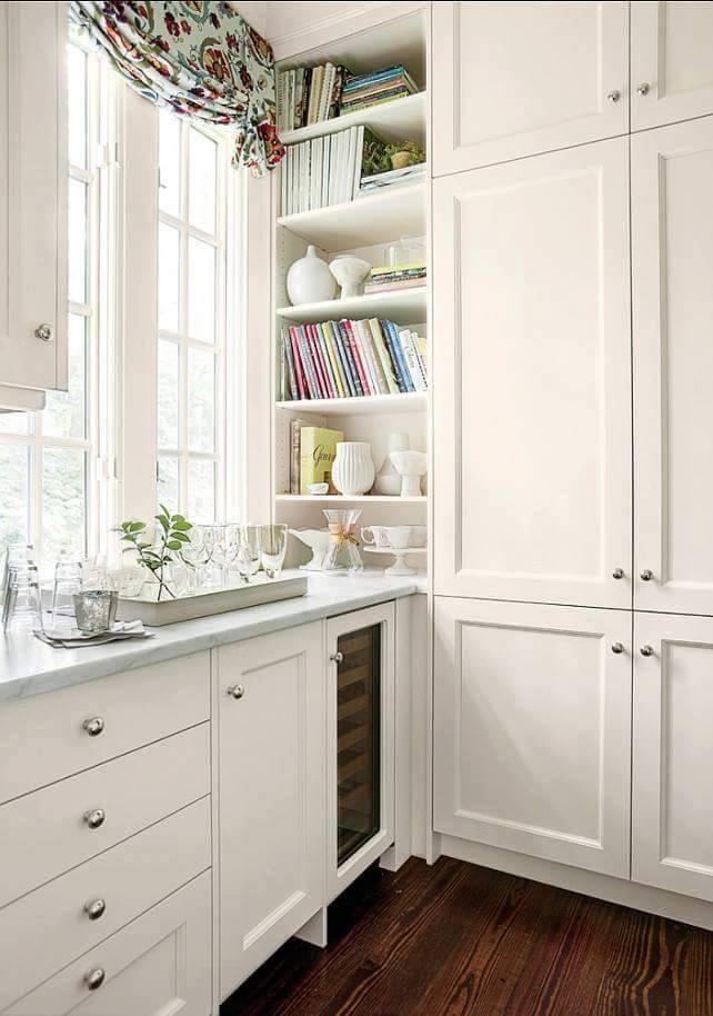 Particolare: cucina bianca con frigo cantinetta
