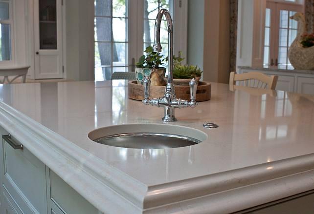 Particolare: piano in marmo per isola con lavandino sottopiano.