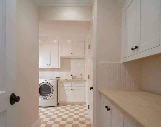 Se l'ambiente dedicato alla lavanderia è vicino alla zona cucina, si può mantenere lo stesso stile per creare una continuità.