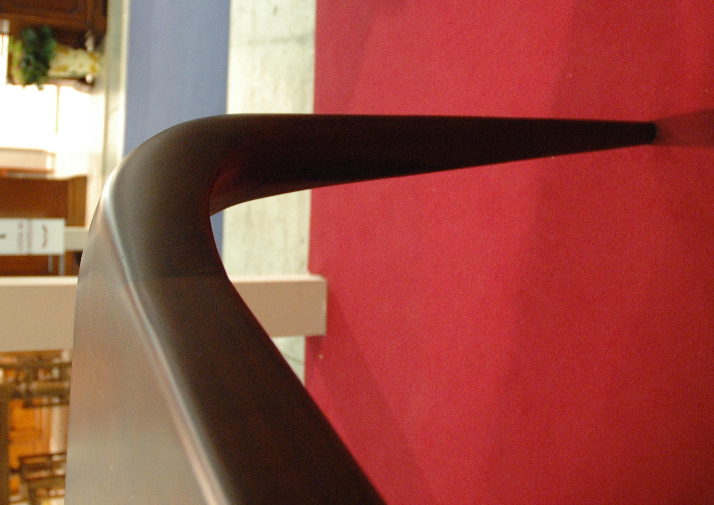 Tavolo moderno noce nazionale: particolare gamba tavolo