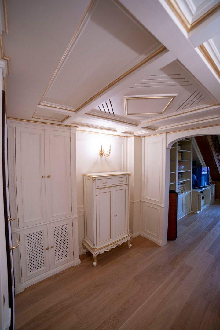 Boiserie e soffitto a cassettoni per ingresso laccati